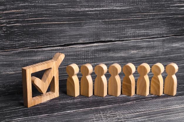 箱の中の目盛りに人々の活気のあるラインが一緒に立っています。