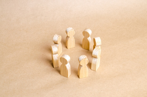人々は輪になって立っています。人の輪。議論と協力の概念