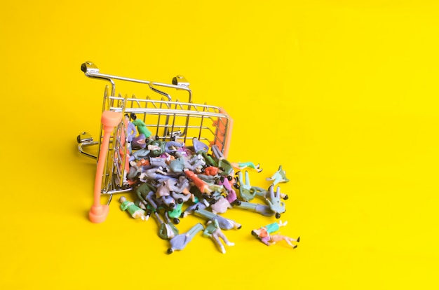 スーパーマーケットのカートがひっくり返り、たくさんの人が落ちました。