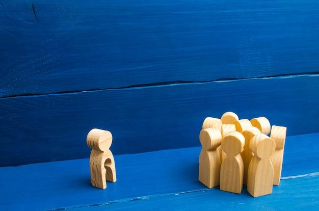 人々は立って、子供の形で空虚を持つ女性の姿を見