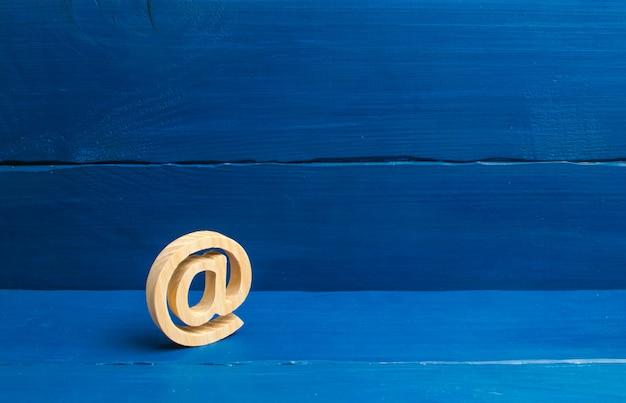 インターネット対応、インターネット上のコミュニケーション。青い背景上のメールアイコン。