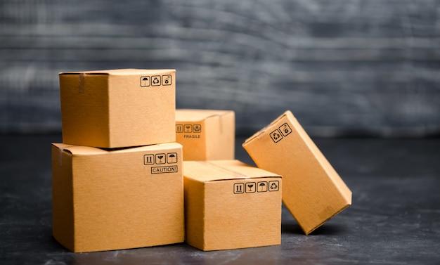Картонные коробки. концепция упаковки товаров, отправка заказов покупателям.