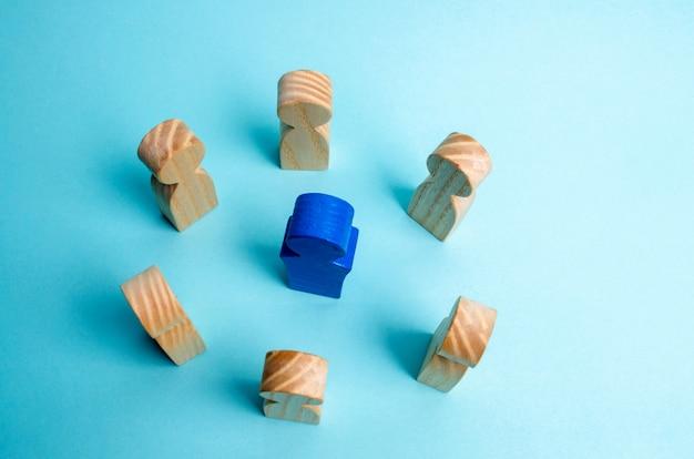 ビジネスチームにおけるリーダーシップの概念。たくさんの労働者が立つ