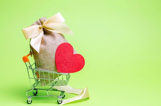 Сумка с деньгами и красным сердцем. день святого валентина. экономить деньги