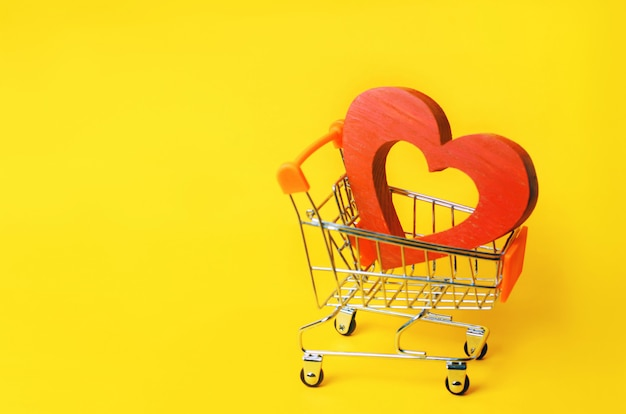 Красное сердце в тележке супермаркета