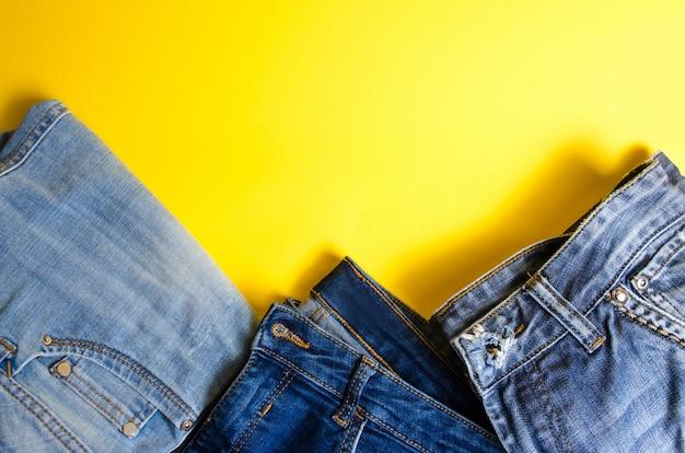 黄色の背景にジーンズ