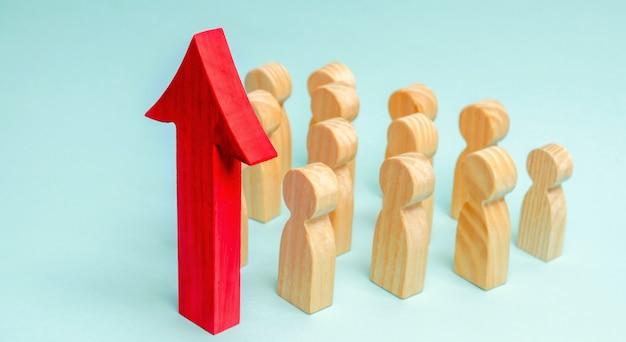 Бизнес команды и красная стрелка вверх перед сотрудниками. концепция стартапа. успешный бизнес