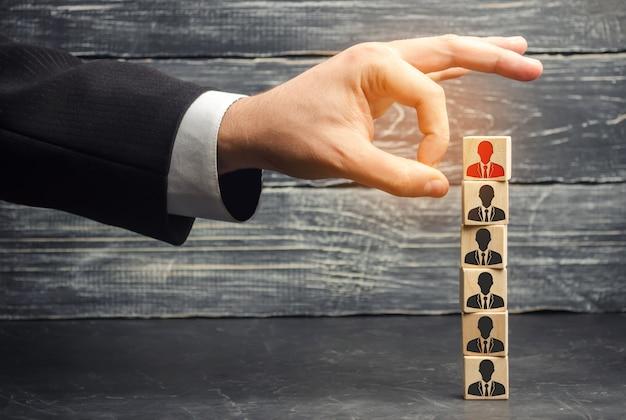 ビジネスマンはチームから従業員を削除/解雇します。