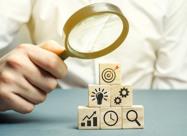 ビジネスマンはビジネス戦略を分析します。