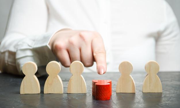 女性リーダーはチームから従業員を解任します。