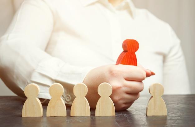Предприниматель выбирает человека из толпы.