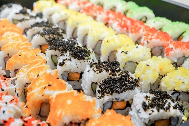 寿司とロールの盛り合わせ