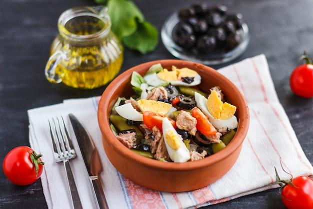 Салат нисуаз с тунцом, зеленой фасолью, базиликом и свежими овощами