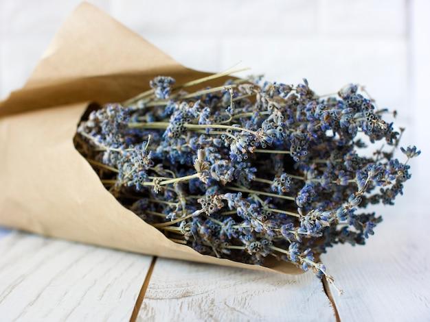 ブラウンラッピング紙の乾燥ラベンダーの花束