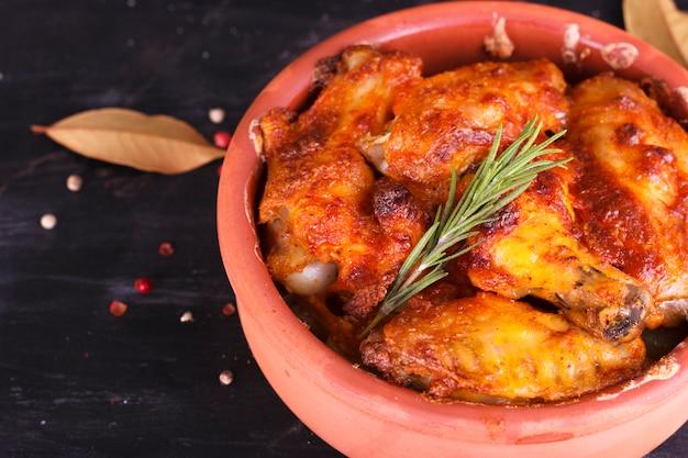 パプリカソースのチキンを陶器のオーブンで焼いた。鶏の足と羽