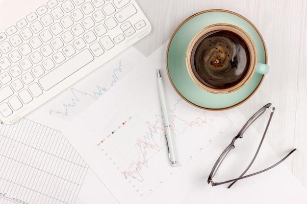 Плоский лежал фото белый офисный стол с ноутбуком, смартфон, очки, блокнот и ручка с копией пространства фон. макет