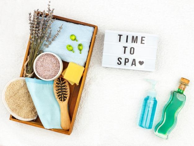 ラベンダーエキス配合の天然ハーブスパ化粧品 - 石鹸、塩、タオル、マッサージブラシ、手ぬぐい