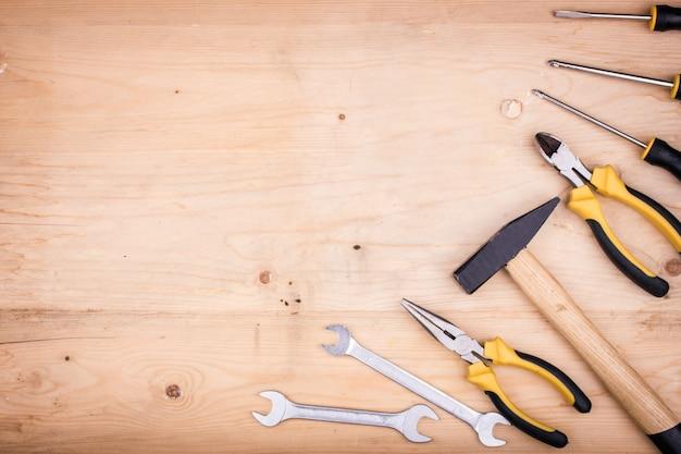 修理工具 - ハンマー、スクリュードライバー、モンキーレンチ、ペンチ。父の日の男性の概念