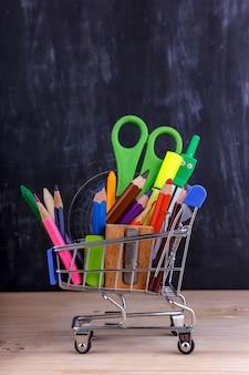 色鉛筆と学校のためのマーカーのセット。