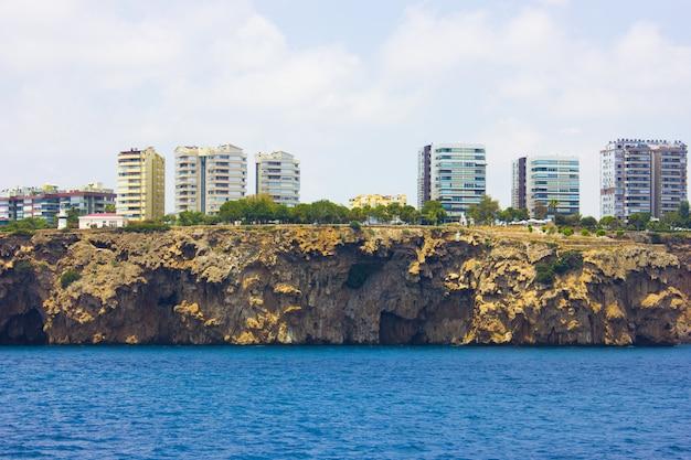 トルコアンタルヤの地中海と山の風景