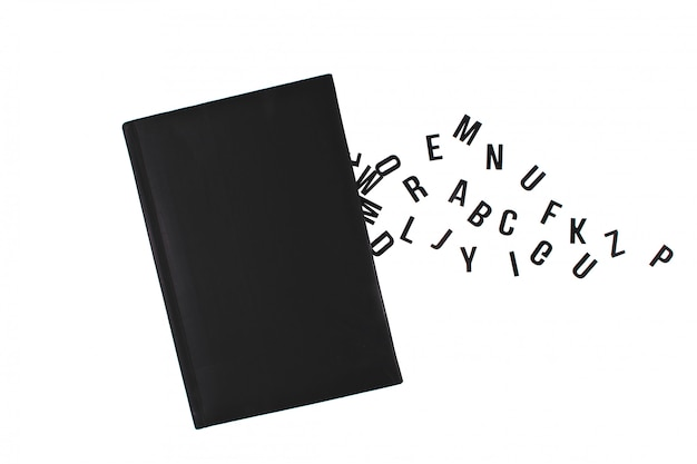 英語のアルファベットの文字で黒い本。