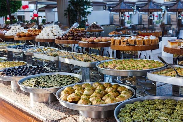 Традиционные турецкие сладости в открытом буфете в отеле в турции