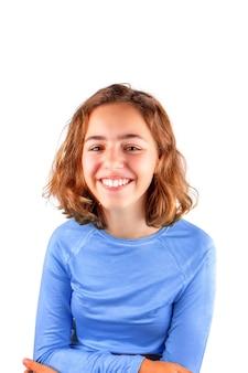 Довольно милая смеющаяся девочка-подросток в классической синей футболке