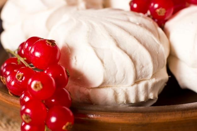 新鮮な赤いカラントと白のマシュマロ