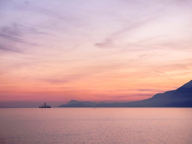 青い海の上に紫色の夕焼けの空