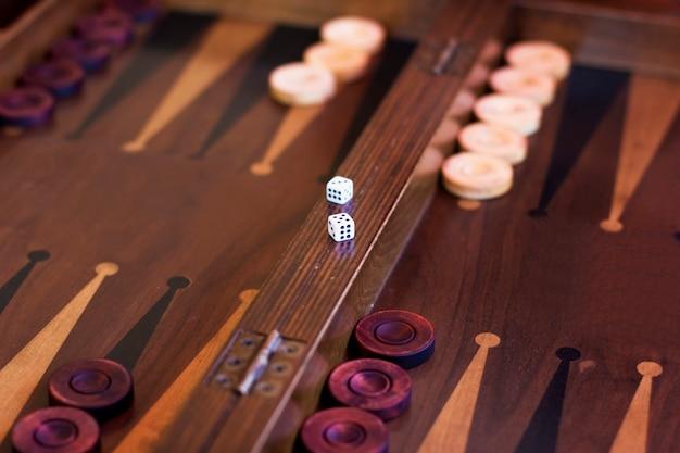 サイコロと木製の茶色のバックギャモンのゲーム