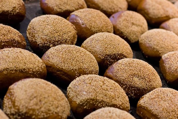 白いハッシュで作られた伝統的な新しく作られたパン