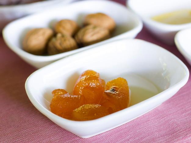 トルコ式朝食。白いボウルのオレンジのジャム