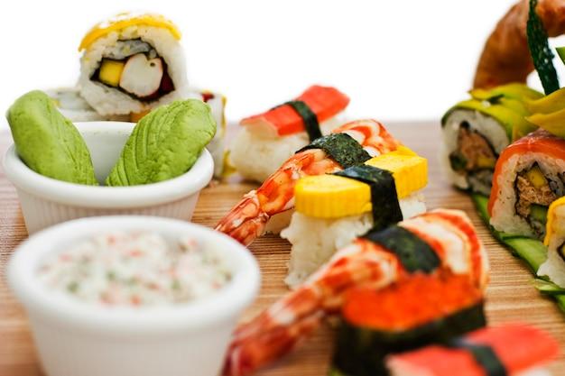 和食 - 寿司、刺身、木の板をロールします。孤立した