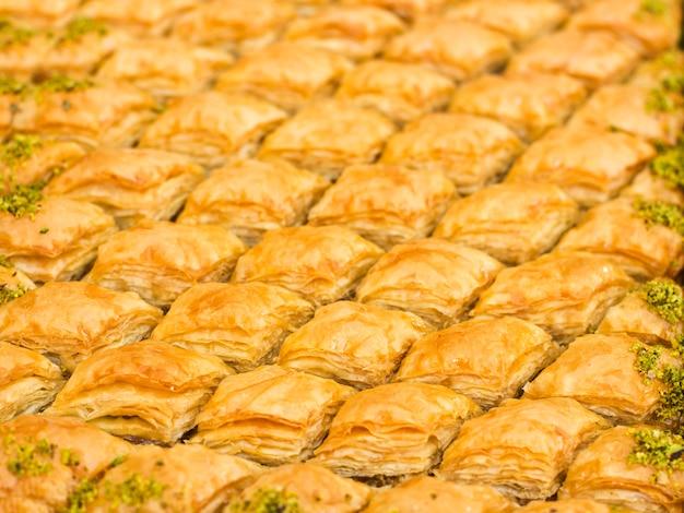 伝統的な東洋のデザート - ピスタチオとクルミのバクラヴァ。孤立した