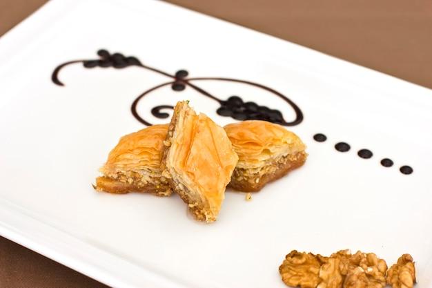 伝統的な東洋のデザート - ピスタチオとクルミのバクラヴァ。