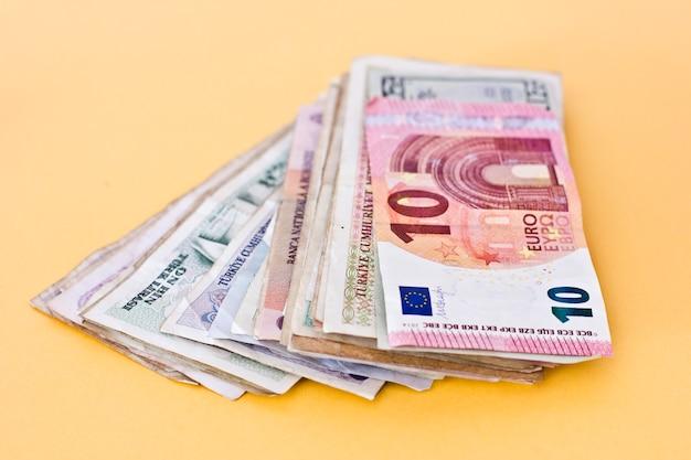 紙幣とさまざまな国の硬貨