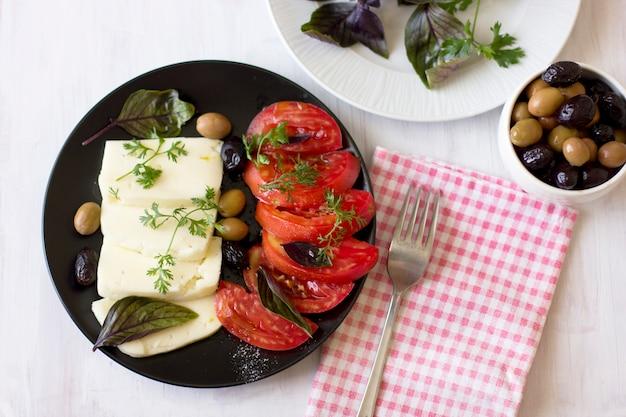 ホワイトチーズ、トマト、グリーンオリーブとブラックオリーブ、バジル、コリアンダー、オリーブオイル