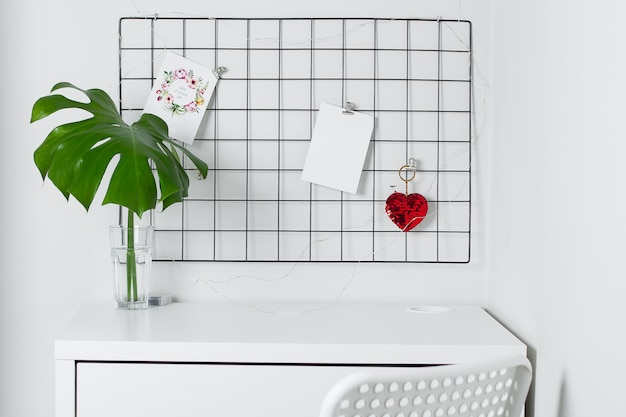 白いインテリア、事務室。グリッドムードボードスタイリッシュな白いデスクトップ。