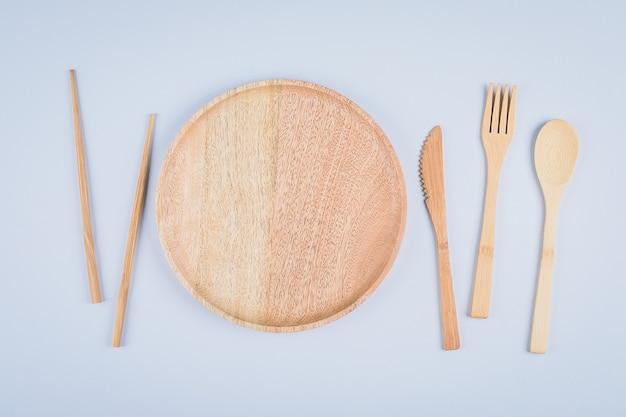 木製プレートとカトラリー用品のフラットレイアウト