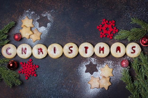 クリスマス。休日の自家製甘いクッキー。伝統的なオーストリアのクッキー-赤いラズベリージャムが入ったリンツァービスケット。