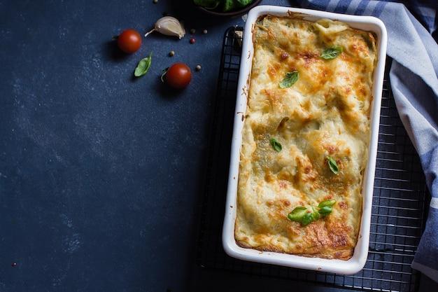Вкусная домашняя лазанья с сыром рикотта и шпинатом. итальянская еда