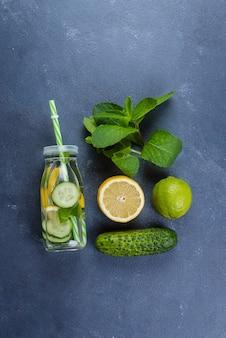 レモン、きゅうり、ミントと冷たい解毒剤の水コピースペース平面図。ナチュラル、オーガニック