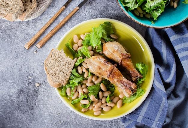 白インゲン豆とレタスと焼き鶏の足