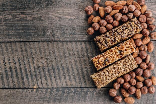 健康バーとミックスナッツ。アーモンドとヘーゼルナッツのエネルギーバー。健康的な静物のための軽食