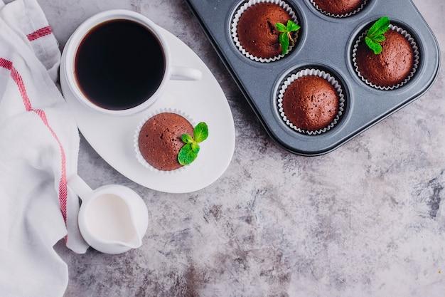 自家製チョコレートのマフィンと白い一杯のコーヒー