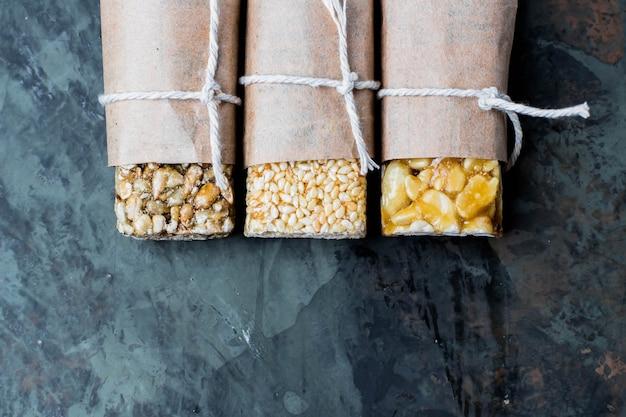 キャラメル、灰色のテーブル背景に蜂蜜のナッツ