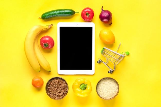 Разная здоровая пища - гречка, рис, желтый сладкий перец, помидоры, бананы, салат, зелень, огурец, лук
