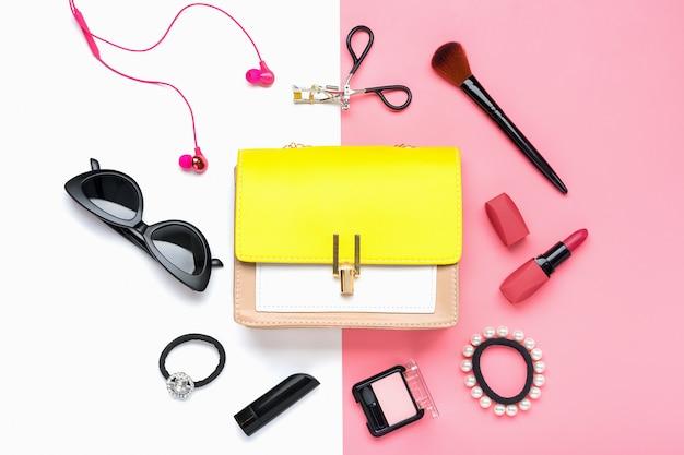 女性のアクセサリーと黄色のハンドバッグ