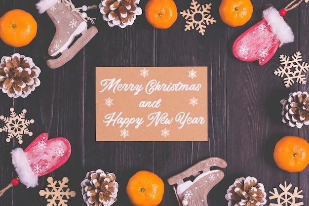 Рождественский декор-олень, шишки, варежки, коньки, мандарины, снежинки на деревянном фоне