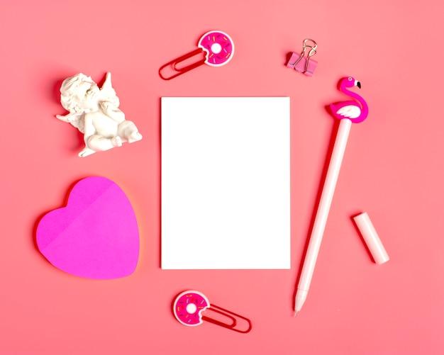 メモ、ペーパークリップ、ペン用の白いシーツ